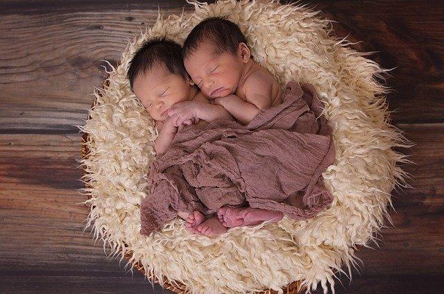 dvojčata pod dekou