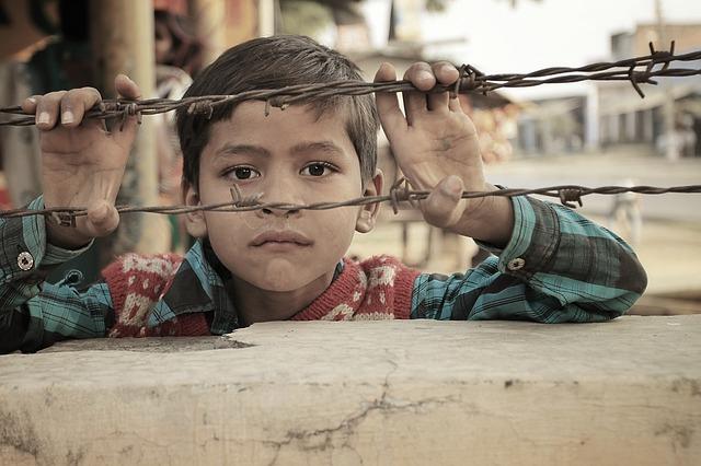 indický chlapec za plotem