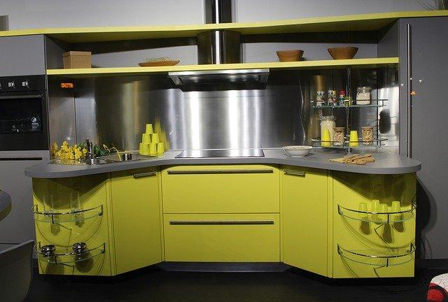 žlutá kuchyňská linka