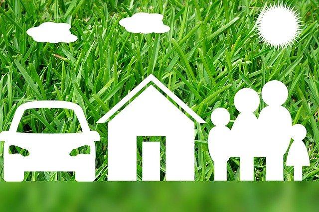 rodina s autem a domem