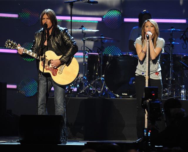 zpěváci na koncertě