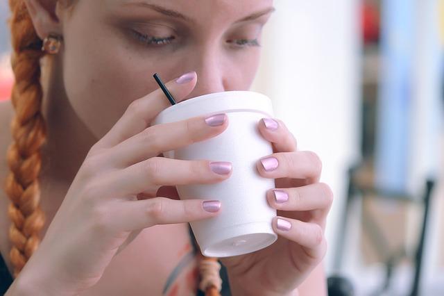 dívka s čajem