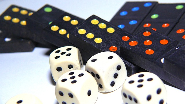 domino a kostky