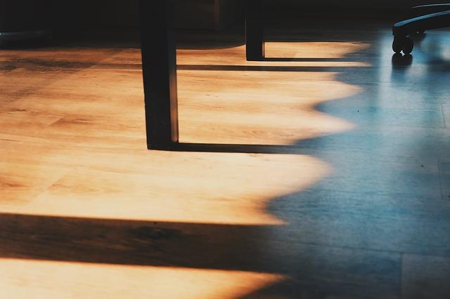 světlá podlaha