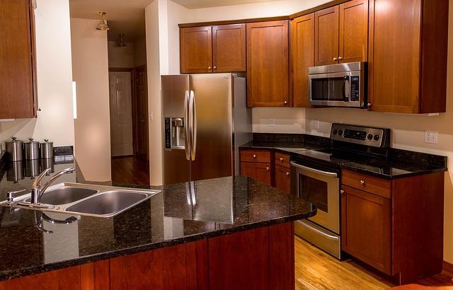 moderní rohová kuchyně, dřez, lednice