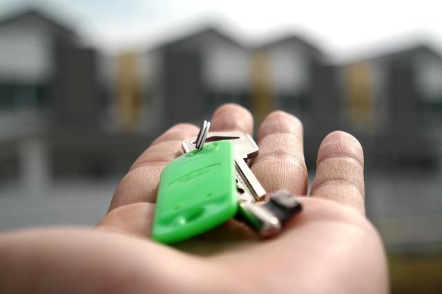 klíče se štítkem