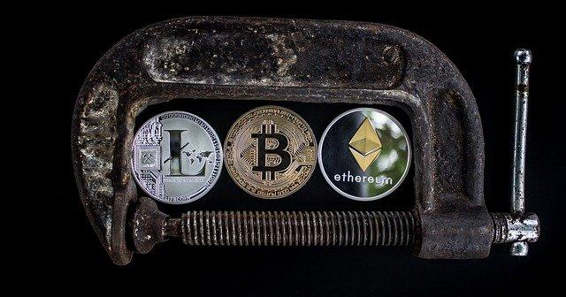 měna ve svorce