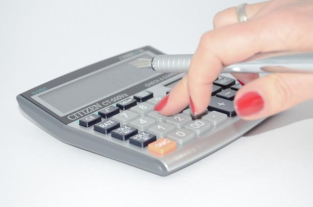 ruka na kalkulačce.jpg
