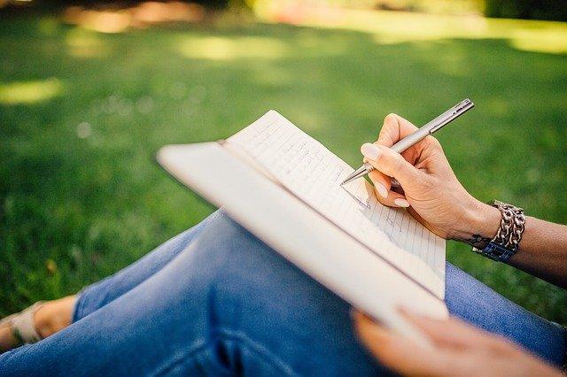 psaní na kolenou.jpg