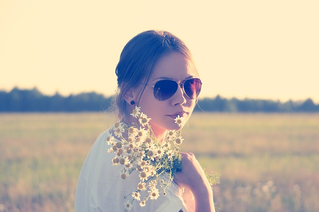 dívka s heřmánkem