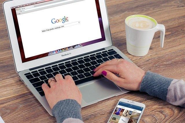 žena, která zadává do vyhledávače to, co potřebuje najít