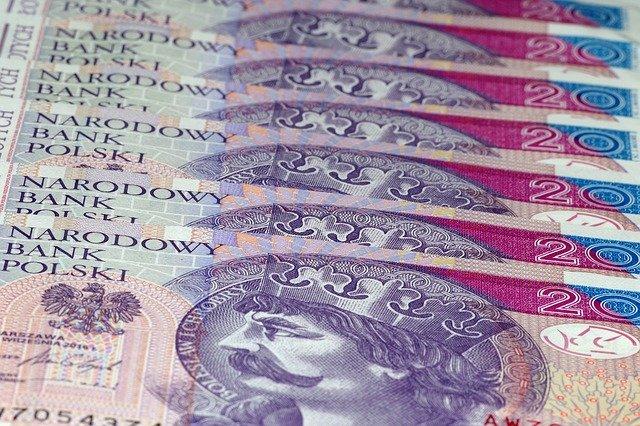 polské bankovky v řadě za sebou