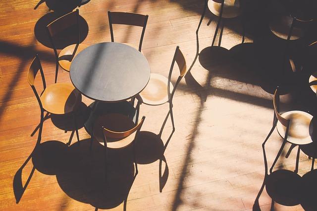 podlaha, stůl a židle