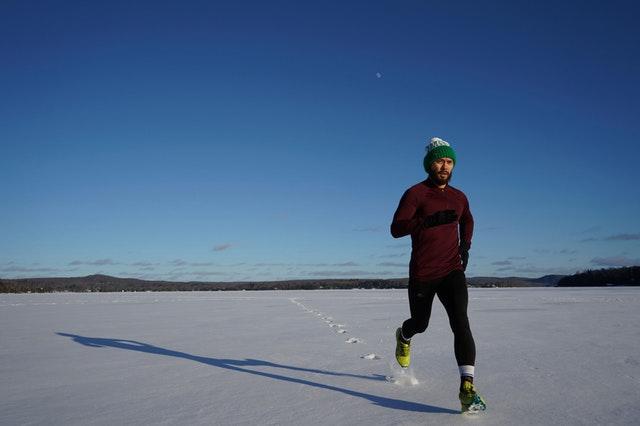 Běžec v zimní krajině
