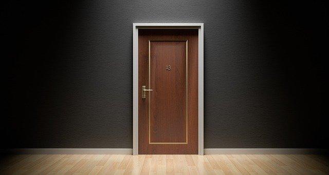 ke dveřím patří panty