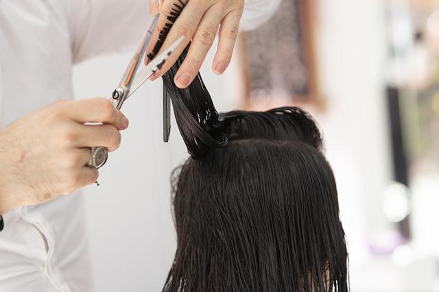 kadeřník stříhá vlasy.jpg