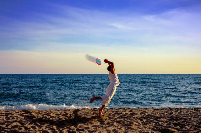 Frisbee na pláži.jpg