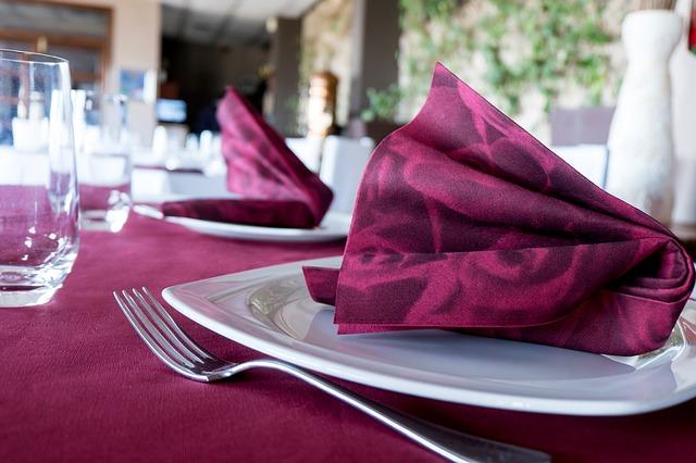 prostírání na stole včetně příborů a talířů.jpg