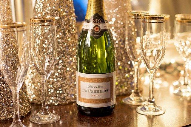 šampaňské a skleničky