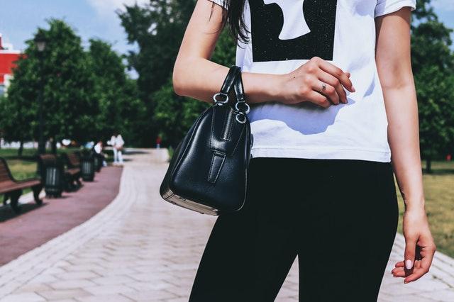 dívka s černou kabelkou přes ruku